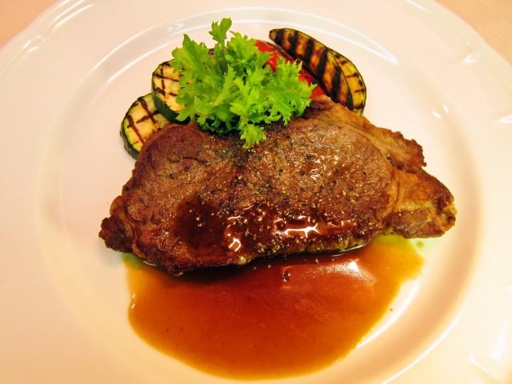 牛ロースステーキ 大分県産野菜のグリル添え